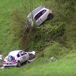 Deux voitures dans un trou après un crash