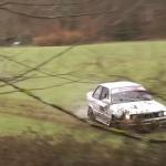 La BMW 325i dans un champs