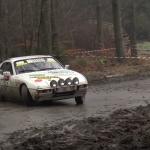 Une Porsche en glisse sur l'asphalte boueux