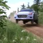 La Hyundai I20 WRC en travers les 4 roues en l'air