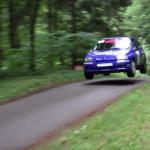 Une Renault Clio en plein saut