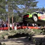 Une Mini JCW WRC les 4 roues en l'air