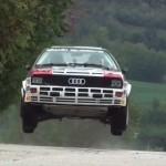 une Audi Quattro les 4 roues en l'air