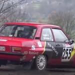 Une voiture en glisse lors du rallye