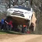 Une Citroën C4 WRC les 4 roues en l'air