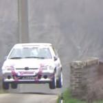 La Peugeot 106 les 4 roues en l'air