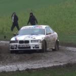 BMW en glisse sur la boue