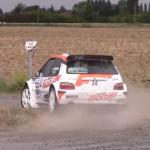 Une Citroën Saxo dans un virage très sale