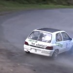 Une renault Clio Williams en glisse
