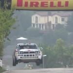 Une Lancia Delta HF Integrale les 4 roues en l'air