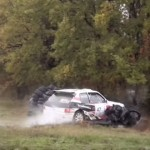 Une Peugeot 205 en plein crash