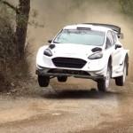 La Ford Fiesta WRC les 4 roues en l'air pendant les essais